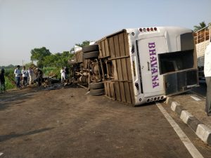 Ahmednagar: 8 persons killed, 15 injured in bus-truck collision